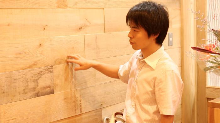 これ、生木を全く塗装してない状態の壁。斬新!