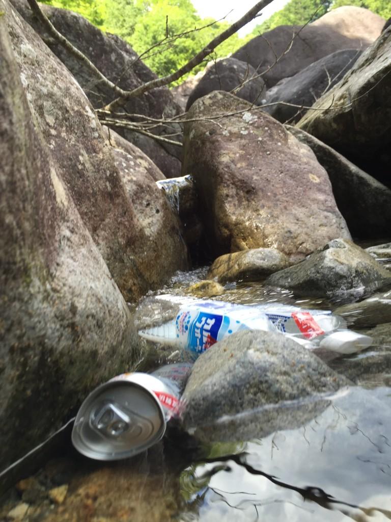 飲み物は水が流れ込んでた水たまり部分で冷やします。